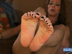 Hot TMILF Jasmine posing her gorgeous tasty feet
